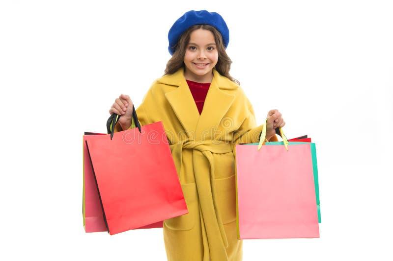 Griffbündeleinkaufstaschen des Kindernette kleinen Mädchens Kind zufriedengestellt durch Einkaufslokalisierten weißen Hintergrund stockbild