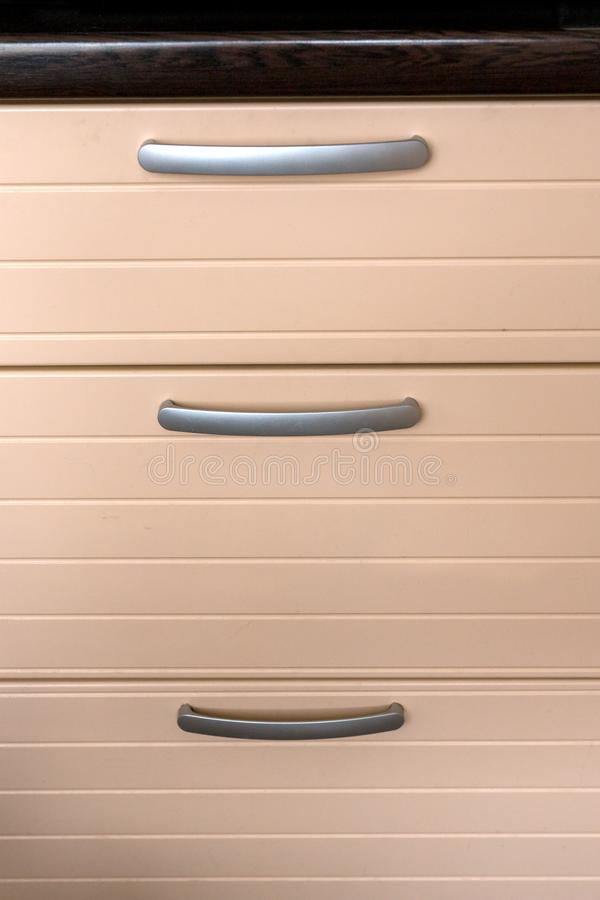 Griffe auf Küchenmöbelfächern lizenzfreie stockfotografie
