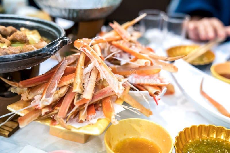 Griffe japonaise de rebut et crabe cuit ? la vapeur par jambe sur le plat blanc Ressemblez ? un cimeti?re de crabe image libre de droits