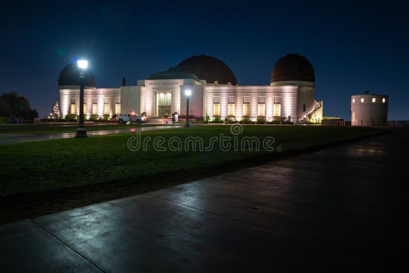 Griffith Observatory bij nacht met duizenden sterren stock afbeelding