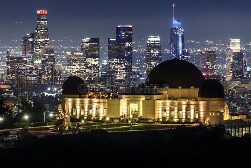 Griffith Observatory e orizzonte del centro di Los Angeles alla notte immagine stock libera da diritti