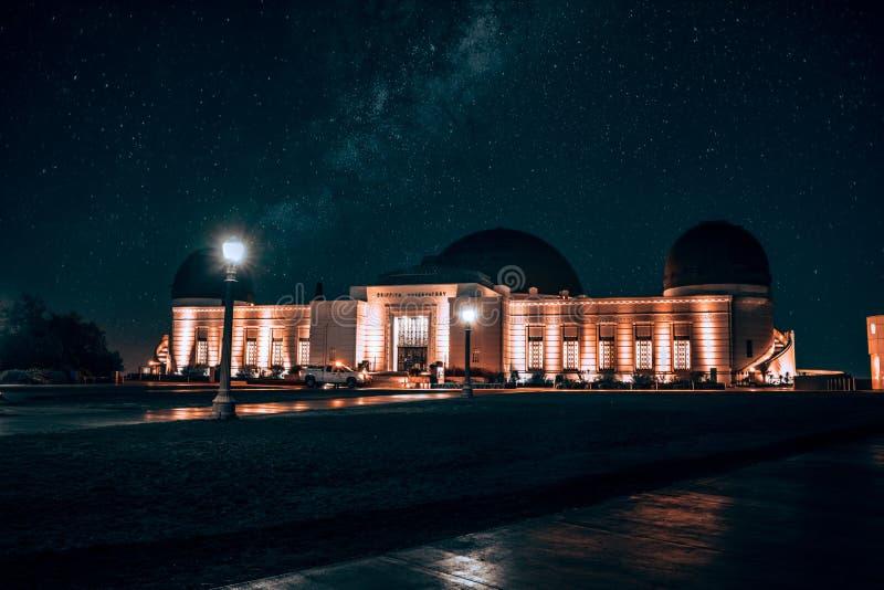 Griffith Observatory en la noche con millares de estrellas fotos de archivo
