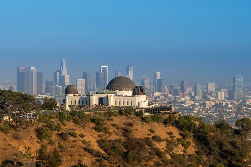 Griffith Observatory och i stadens centrum Los Angeles i CA arkivfoto