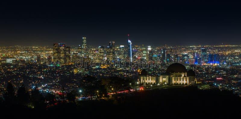 Griffith Observatory på natten med Los Angeles horisont royaltyfria bilder