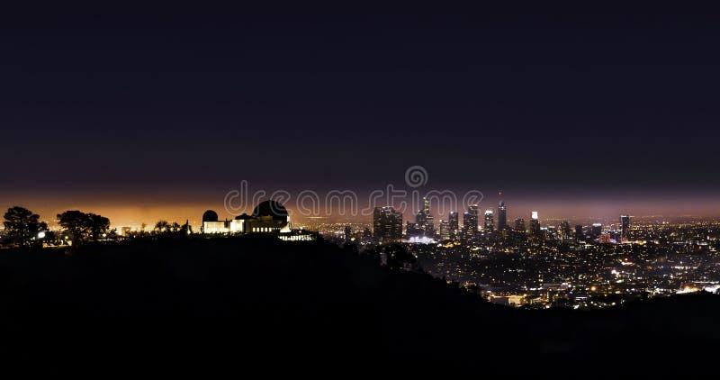 Griffith Park Observatory alla notte con il capo Angeles nei precedenti immagini stock libere da diritti