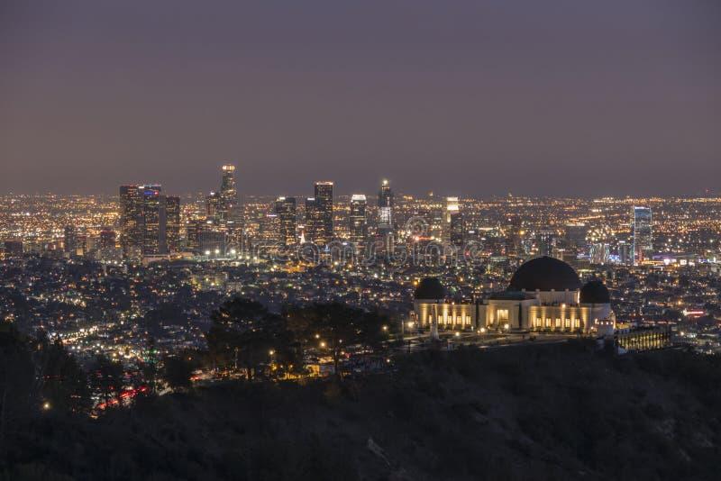 Griffith Park Observatory e notte del centro di Los Angeles fotografia stock libera da diritti