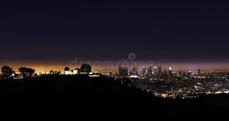 Griffith Park Observatory nachts mit Chef Angeles im Hintergrund lizenzfreie stockbilder