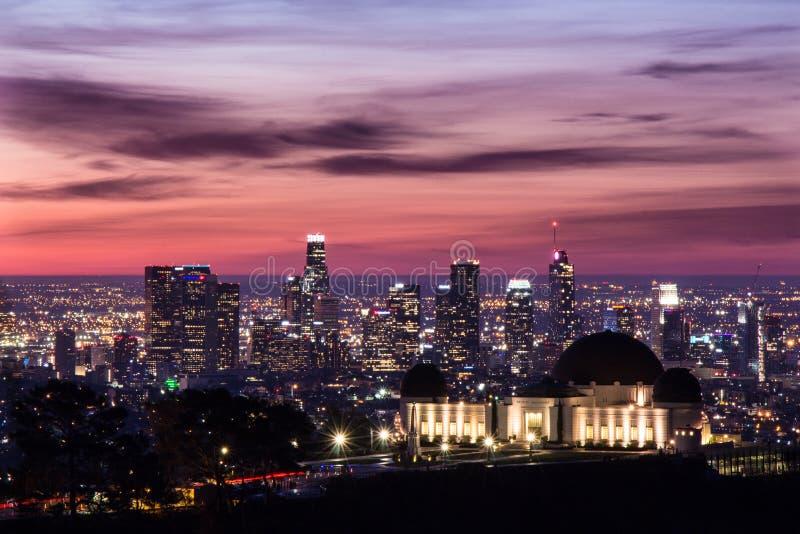 Griffith Park Observatory vooraan op Los Angeles van de binnenstad bij zonsopgang stock foto's