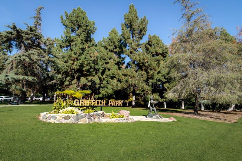 Griffith Park tecken och björnstaty - Los Angeles, Kalifornien, USA arkivbild