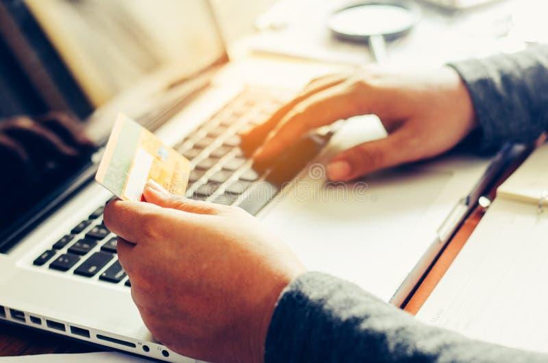 Griffkreditkarten mit den Laptops wurden online gekauft lizenzfreie stockfotografie
