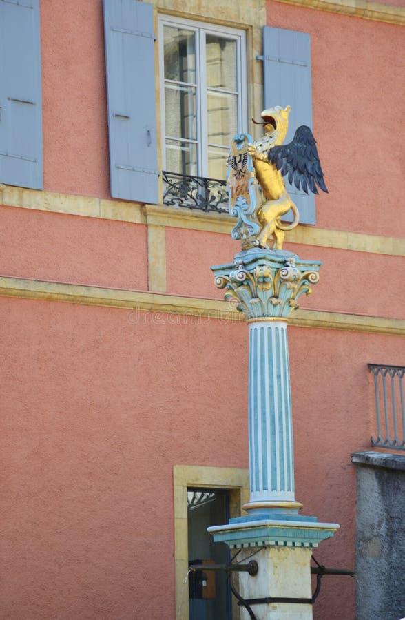 Griffon喷泉在老镇纳沙泰尔,瑞士 免版税库存照片