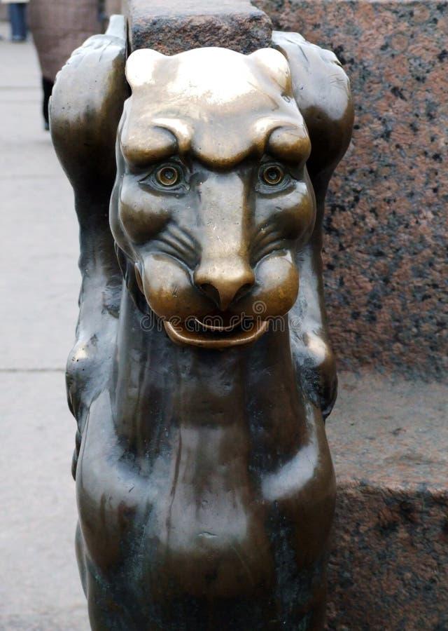 Griffon en bronze devant l'académie des arts sur le remblai d'université de la rivière St Petersburg Russie de Neva photos stock