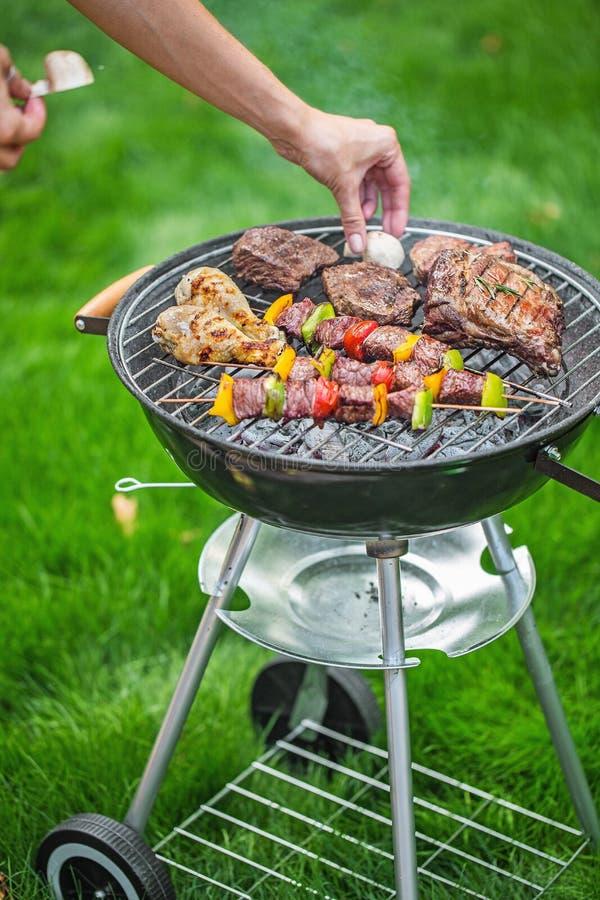 Download Griglia fotografia stock. Immagine di barbecue, cuocere - 117976238