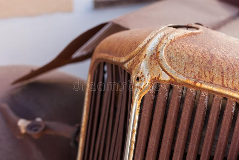 Griglia anteriore di vecchia automobile arrugginita in un'iarda del residuo fotografie stock libere da diritti
