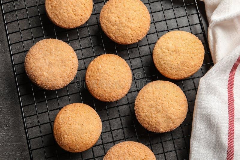 Griglia bollente con i biscotti di burro danesi su fondo grigio fotografia stock libera da diritti