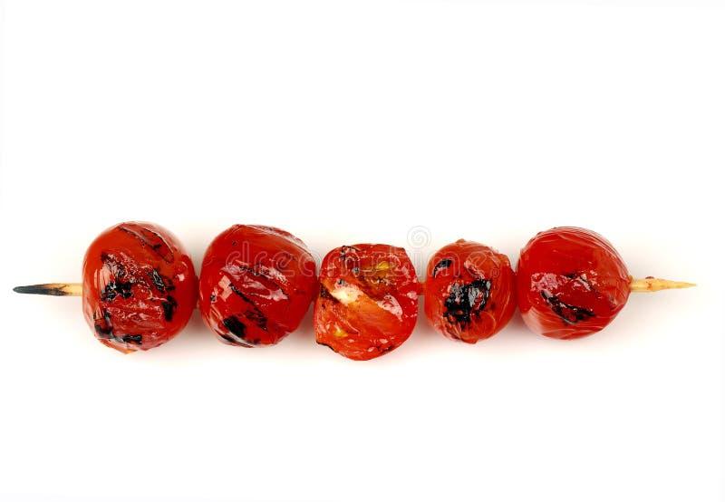 Griglia dei pomodori ciliegia su uno spiedo immagini stock