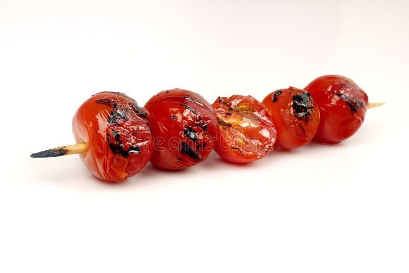 Griglia dei pomodori ciliegia su uno spiedo immagine stock libera da diritti