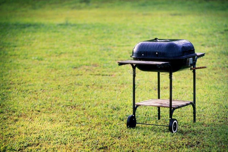 Griglia del barbecue del bollitore nel giardino o nel prato inglese ad area di picnic immagine stock libera da diritti
