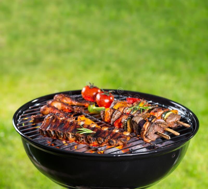 Griglia del barbecue con i vari generi di carne immagini stock