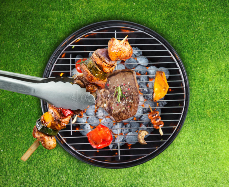 Griglia del barbecue con i vari generi di carne fotografia stock libera da diritti