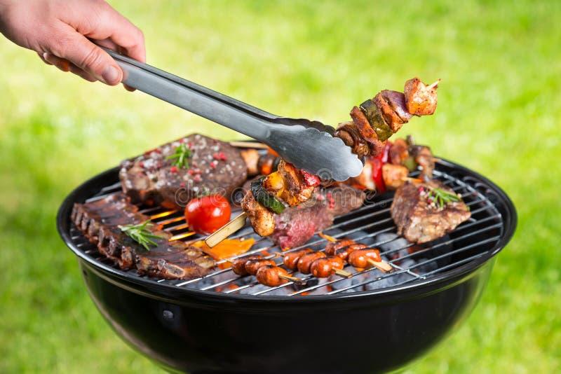 Griglia del barbecue con i vari generi di carne immagini stock libere da diritti