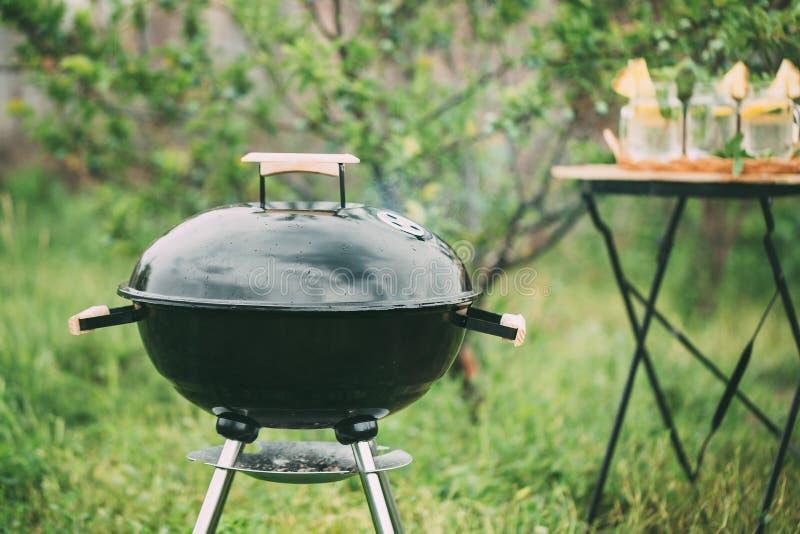 Griglia del barbecue della caldaia con il coperchio fotografie stock libere da diritti