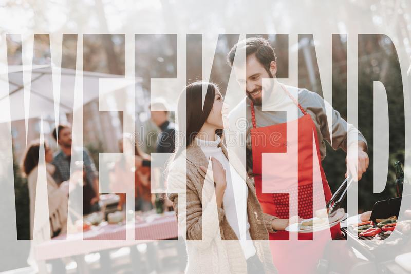 Griglia del barbecue della donna e dell'uomo sulla festa di fine settimana fotografia stock