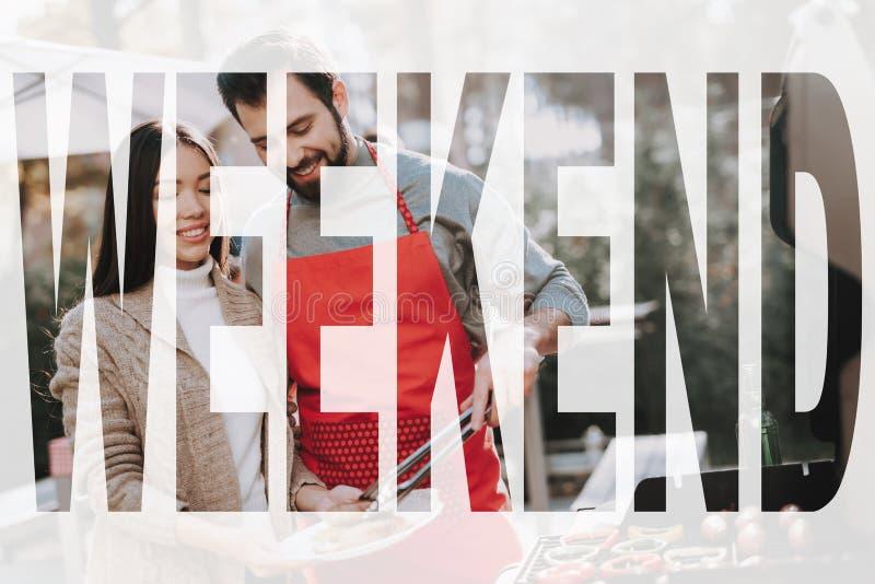 Griglia del barbecue della donna e dell'uomo sulla festa di fine settimana fotografie stock libere da diritti