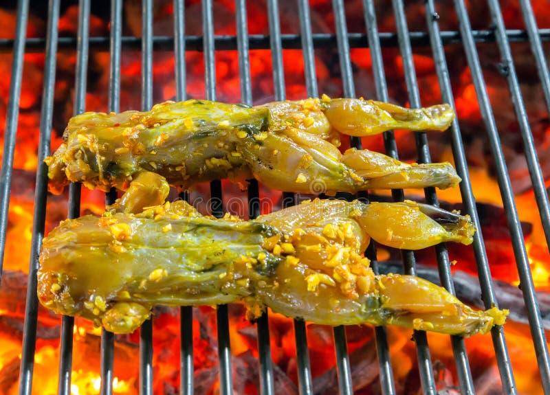 Griglia Del Barbecue Della Rana Che Cucina Frutti Di Mare Fotografia ...