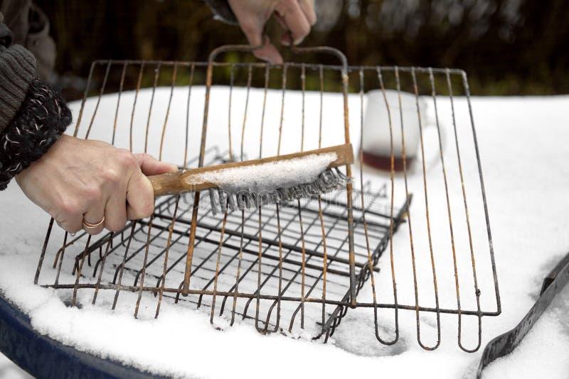 Griglia del barbecue di pulizia della donna fotografia stock libera da diritti