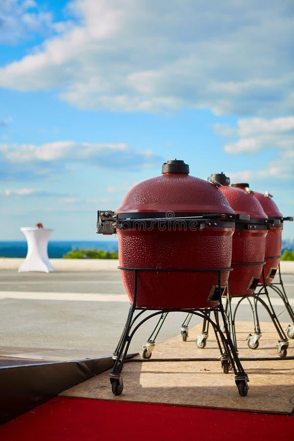 Griglia del barbecue di tre bollitori con la copertura su all'aperto Ready per il cuoco immagine stock libera da diritti