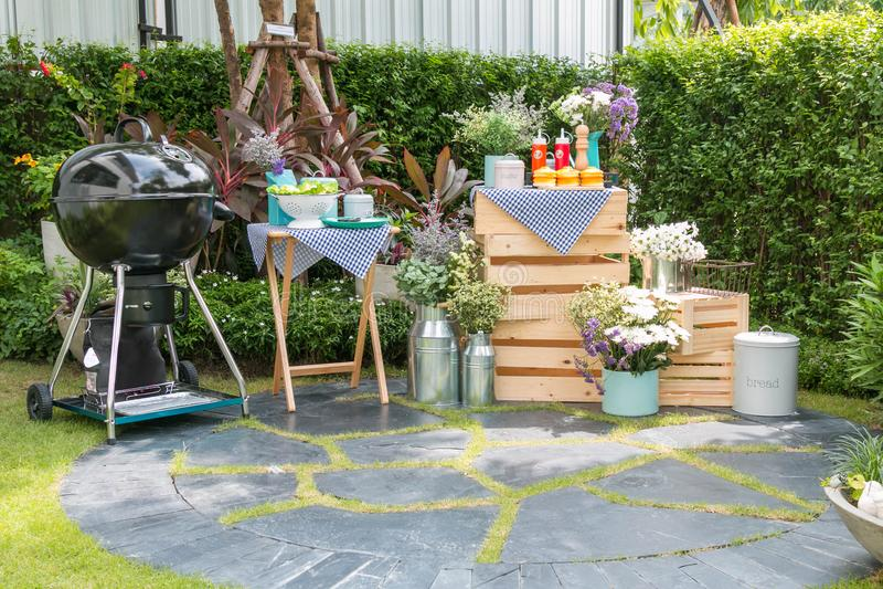 Griglia del barbecue messa nel giardino domestico fotografia stock libera da diritti