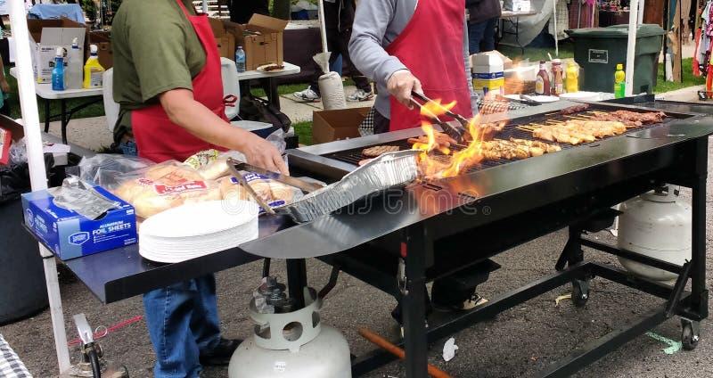 Griglia del BBQ fiammeggiare ad una via locale correttamente immagine stock libera da diritti