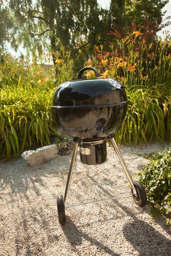 Griglia del BBQ su un cortile fotografia stock libera da diritti