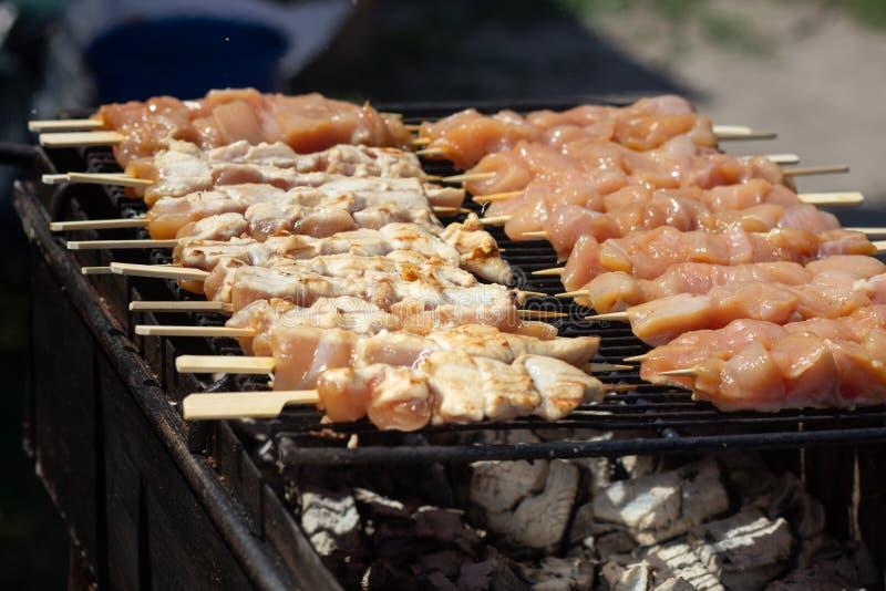 griglia del carbone (di yakitori) del pollo giapponese famoso che spitted fotografia stock libera da diritti
