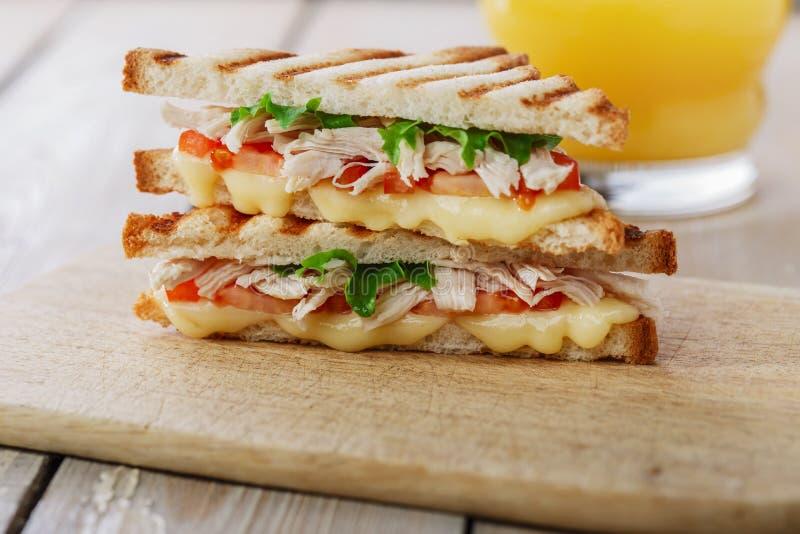 Griglia del panino del pane tostato con il pollo fotografie stock libere da diritti