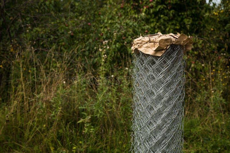 Griglia di Rabitz in un rotolo sopra in giardino Fuoco selettivo Spazio libero per testo fotografie stock libere da diritti