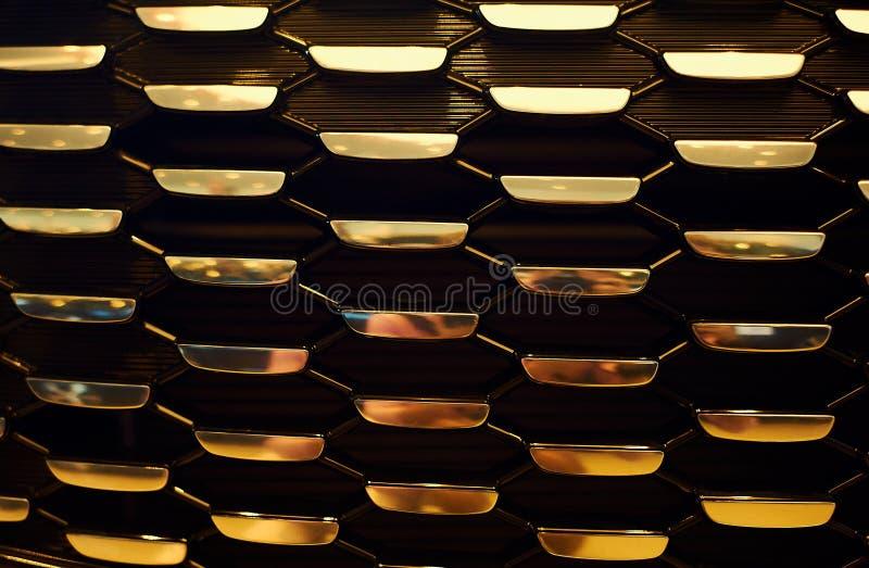 Griglia di radiatore dell'oro di nuova automobile moderna nello showrooom dell'automobile fotografia stock libera da diritti