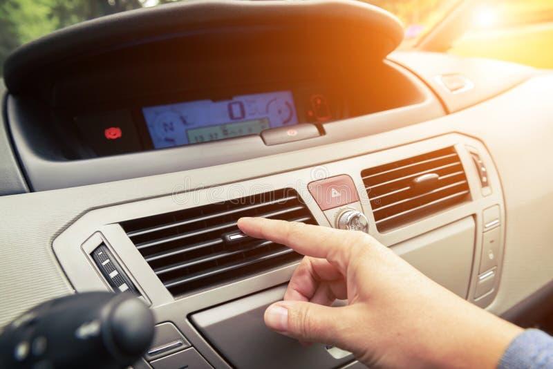 Griglia di sintonia di ventilazione dell'aria della mano del driver immagine stock libera da diritti