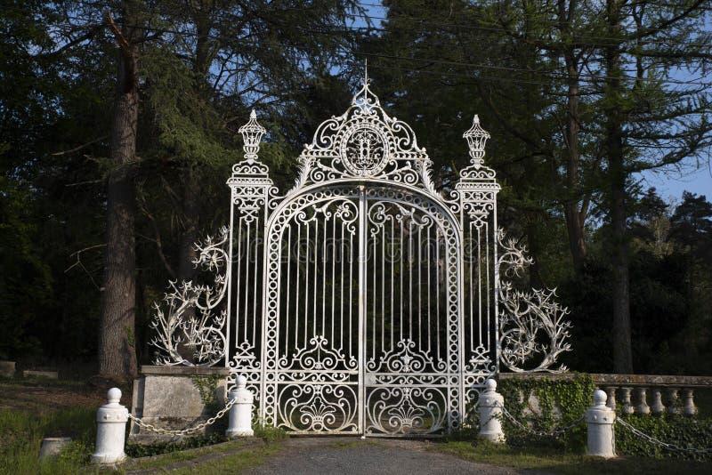 Griglia di un castello del XIX secolo in Francia immagini stock