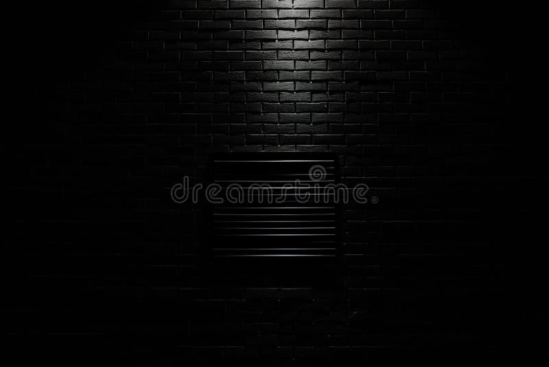 Griglia di ventilazione nera su muro nero immagine stock