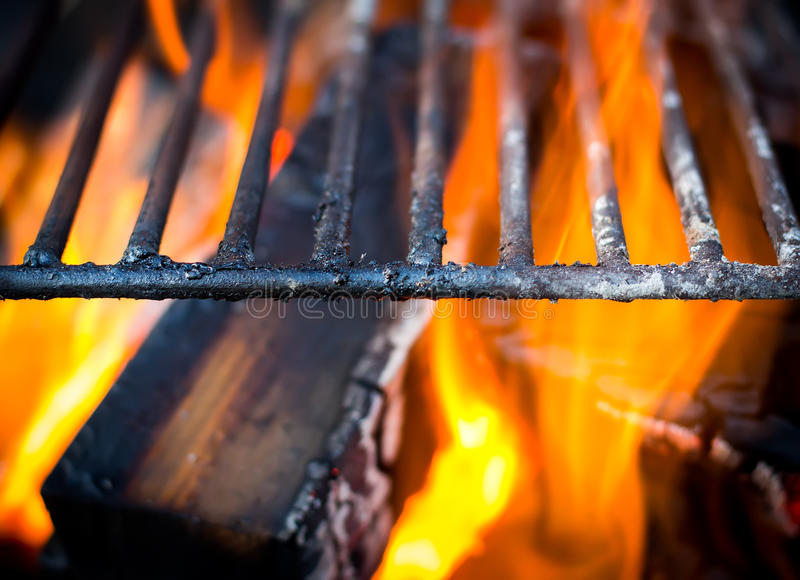 Griglia, fiamme luminose e carboni brucianti fotografie stock libere da diritti