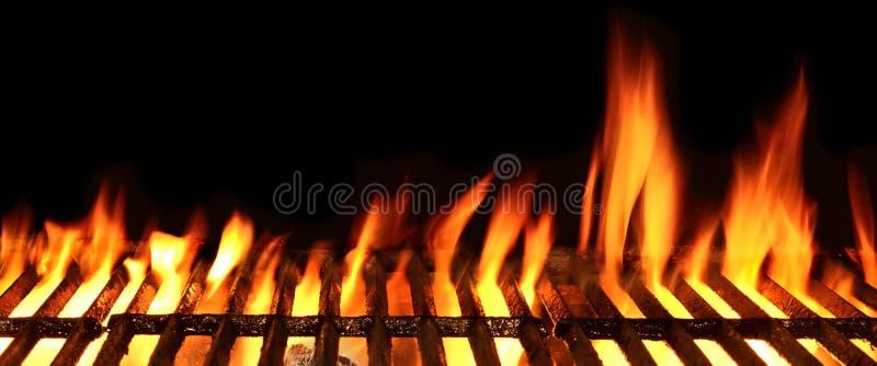 Griglia isolata sui precedenti neri, fine del fuoco del barbecue su fotografia stock libera da diritti