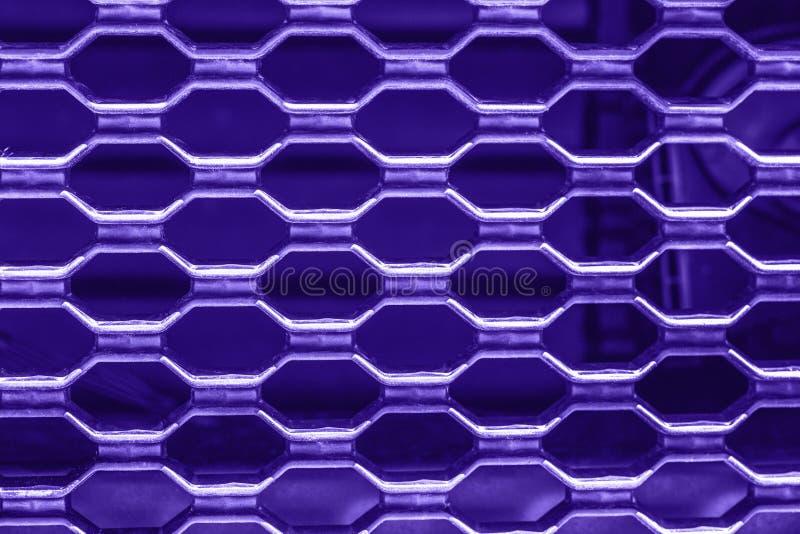 Griglia porpora ultravioletta del veicolo per il trasporto del metallo immagine stock libera da diritti