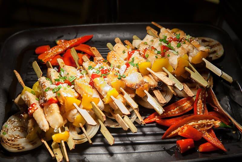 Grigliando shashlik sulla griglia del barbecue, soltanto carne di maiale Partito di cena, barbecue ed arrosto di maiale alla nott fotografia stock libera da diritti