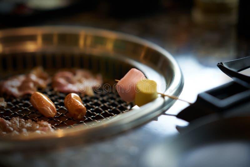 Grigliare le caramelle gommosa e molle su stile asiatico della griglia fotografia stock