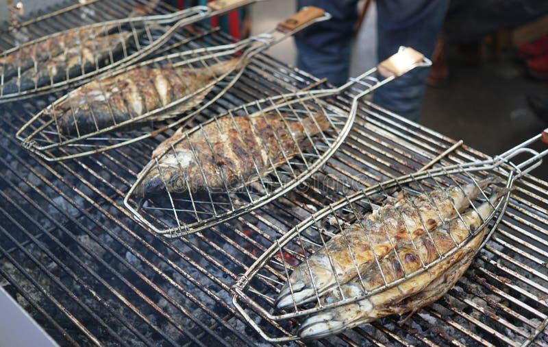 Grigliare pesce su un barbecue fotografie stock libere da diritti