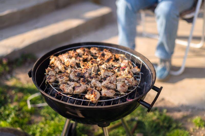 Grigliare raduno del barbecue sull'aria aperta della griglia nel cortile posteriore Picnic di ora legale Carne di torrefazione su fotografie stock