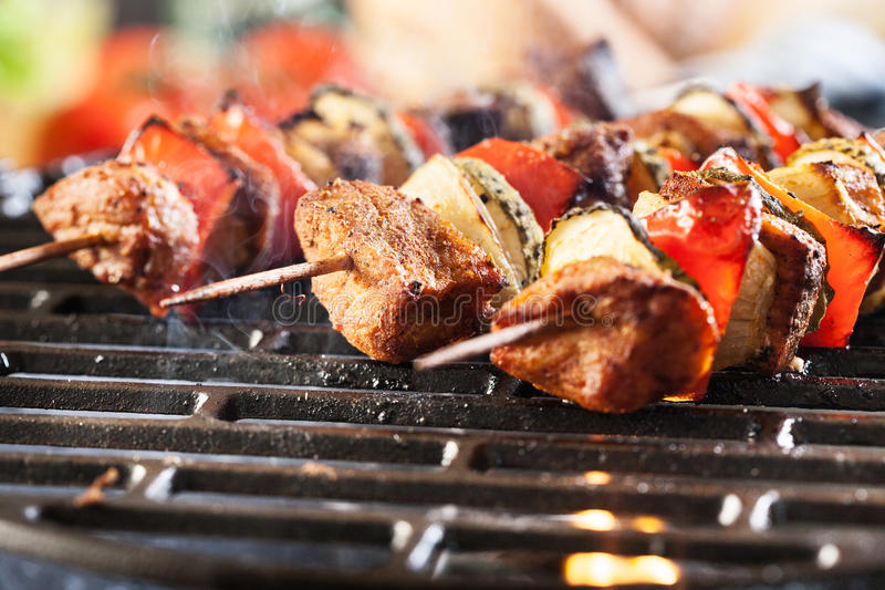 Grigliare shashlik sulla griglia del barbecue fotografie stock libere da diritti