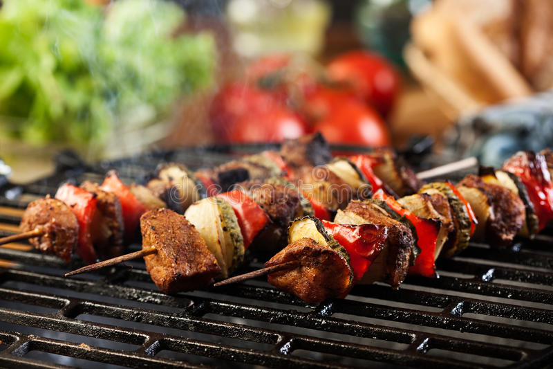 Grigliare shashlik sulla griglia del barbecue immagine stock